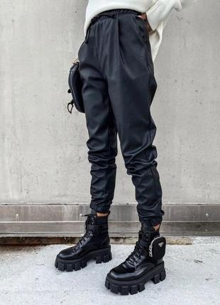 Кожаные женские штаны джоггеры