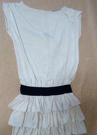 Красивое нарядное платье молочного цвета