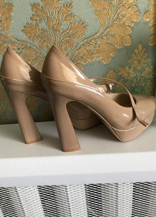 Стильные лаковые туфли на высоком каблуке