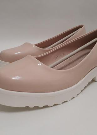 Женские бежевые лаковые туфли (балетки)