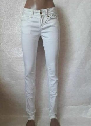 Фирменные ravi famous стрейчевые белоснежные джинсы-узкачи, размер 26-27