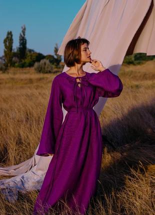 Фиолетовое платье свободного кроя с пояском