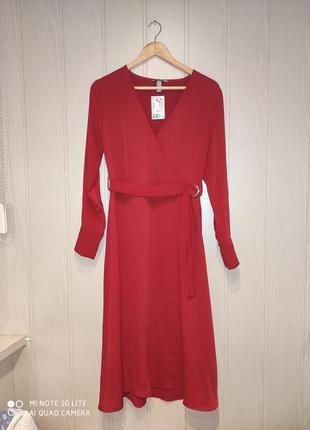 Красное платье миди с поясом