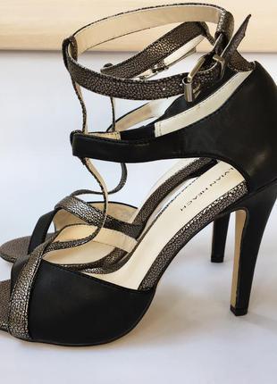 Босоножки на каблуках с ремешком (черно-золотые, металлик)