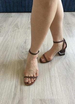 Элегантные босоножки на тонких ремешках