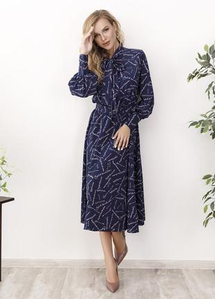 Синее классическое платье миди длины