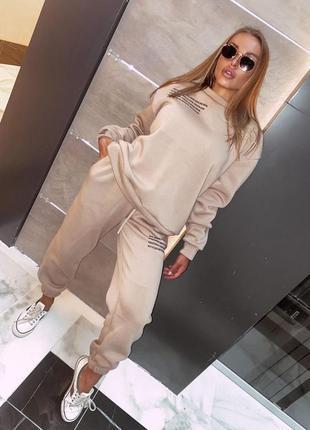 На флисе 🤎 базовый спортивный костюм с модным принтом !)