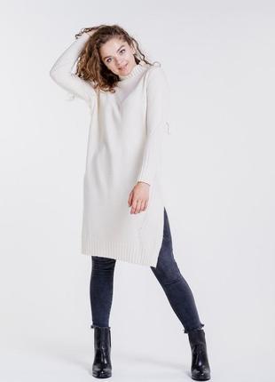 Вязаное платье-туника с разрезами по бокам молочное