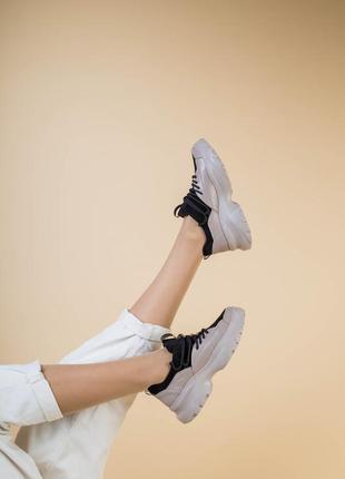Красивые кросовки натуральная кожа. бежевого чёрные кросы