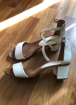 Босоножки на устойчивом каблуке белые