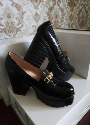 Туфли на высоком толстом каблуке