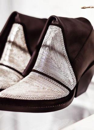 Дизайнерские ботфорты на скошенном каблуке с декором из блестящих цепочек    sh1864