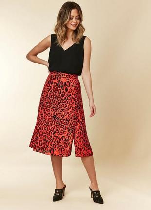 Яркая леопардовая юбка миди с разрезами