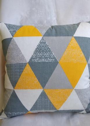 Декоративная наволочка с серыми треугольниками