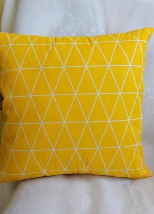 Декоративная наволочка с желтыми треугольниками 35*35 см