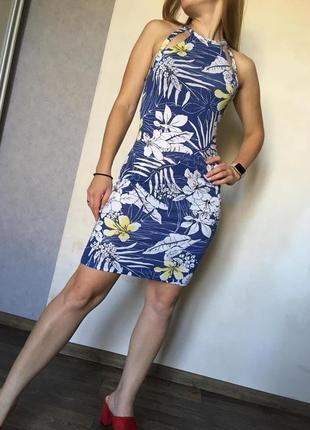 Красивое облегающее платье в цветы