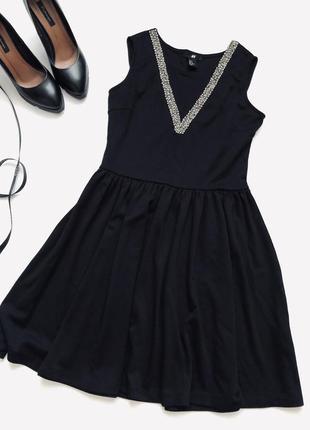 Коктейльное чёрное платье с расшитым вырезом.