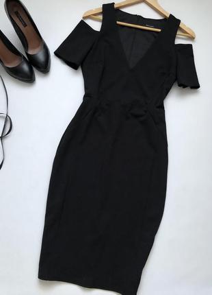 Чёрное силуэтное платье миди.