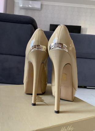 Классические лаковые бежевые туфли
