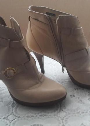 Демисезонные ботиночки из натуральной кожи красивого бежевого цвета