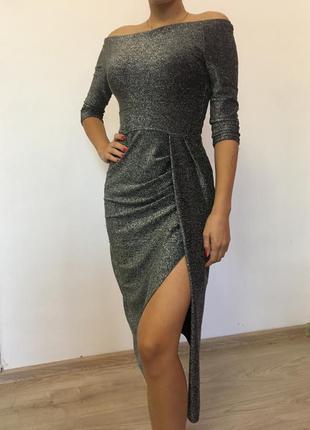 Плаття блискуче з розрізом.
