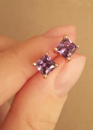 Серьги-гвоздики с нежно фиолетовым цирконом