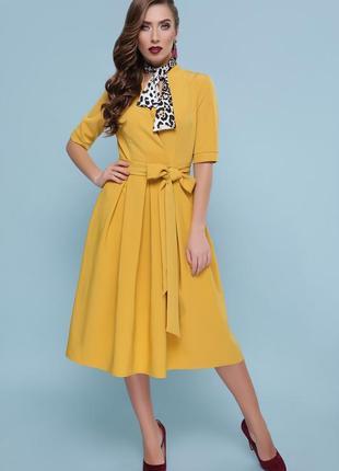Горчичное платье с пышной юбкой