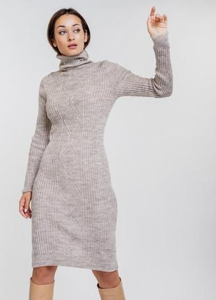 Вязаное платье-футляр с высоким воротником и узорами в ромбы