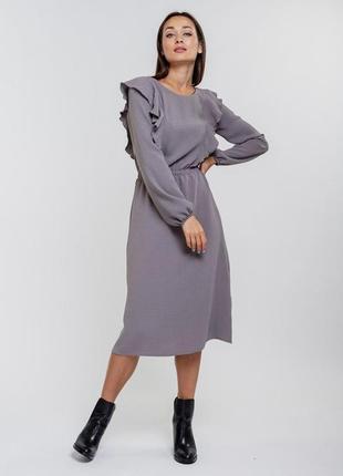 Платье-миди коричнево-серое с длинными рувами и рюшами