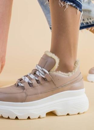 Женские кроссовки на шнурке