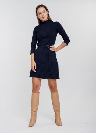 Короткое платье из трикотажа в рубчик