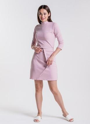 Короткое женское платье из трикотажа в рубчик