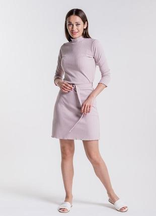 Короткое женское платье в рубчик из трикотажа