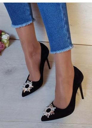 Шикарные чёрные туфли в тренде, лодочки с брошкой высокий каблук