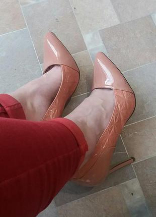 Модные лаковые туфли-лодочки