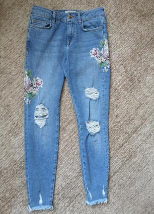 Высокие джинсы с принтом и рваностями