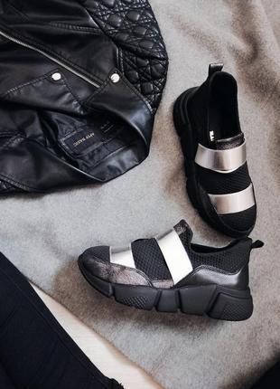 Черные кроссовки с серебряными ремнями