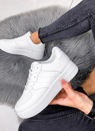 Білі кросовки в стилі nike