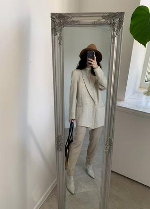 Крутой длинный бежевый пиджак