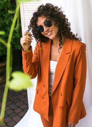 Ультрамодный костюм в полоску пиджак и брюки. костюм двойка полоска терракотовый