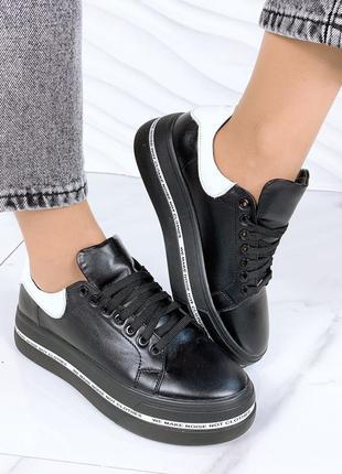 Женские черные натуральные кожаные кроссовки кеды с белой пяткой пяточкой на платформе