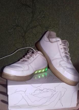 Кросовки белые со светящейся подошвой