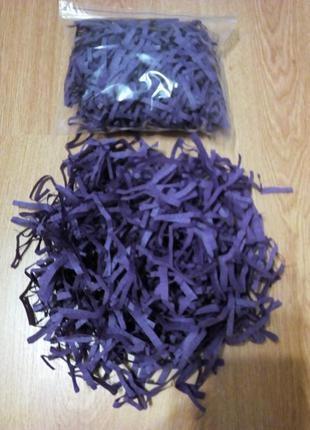 Бумажный наполнитель для подарков фиолетового цвета.