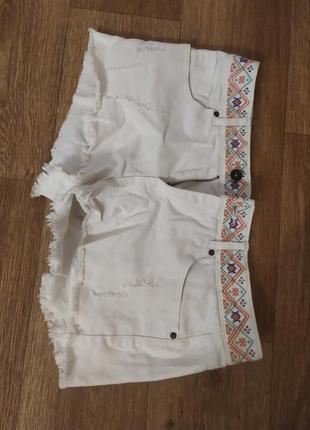 Белые джинсовые шорты colins