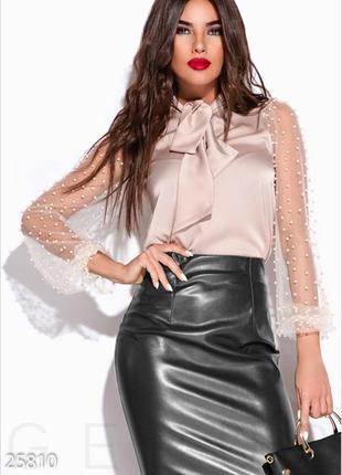 Эффектная блуза, декорированная бусинами