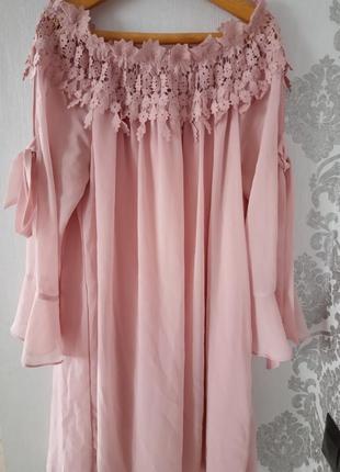 Нежное воздушное платье с очаровательным кружевом и приспущенными плечами