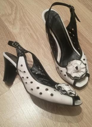 Кожаные лаковые туфли босоножки черно-белые в дырочку с бантом