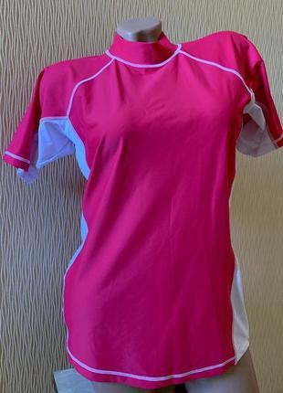 Розовая спортивная футболка