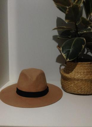 Красивая шляпка в в пудровом оттенке немного волнистая