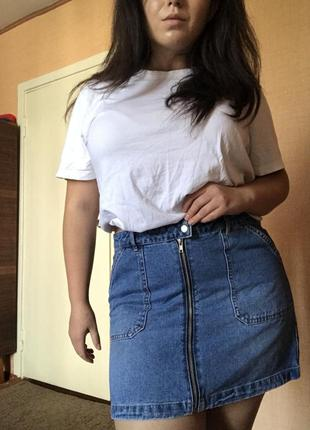Джинсовая юбка на молнии с карманами1 фото